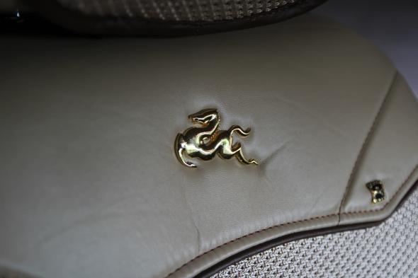 御马坐垫上的御马金属logo